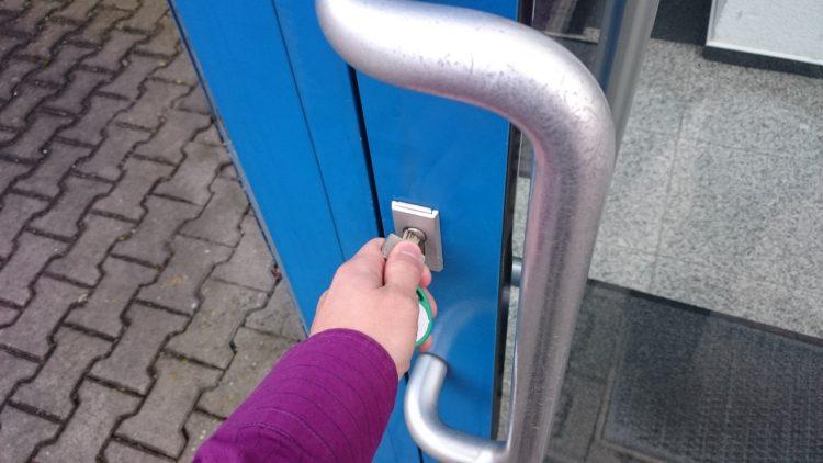 Hand schließt Tür ab |
